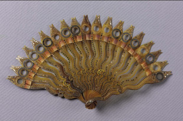 Brisé lorgnette fan, French, late 18th/early 19th century.(Courtesy of Museum of Fine Arts, Boston.)