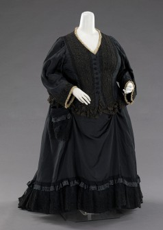 1894 British Silk Mourning Gown.(Image via Met Museum)
