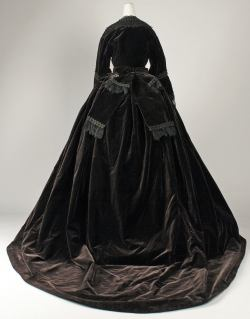 1861 French Silk Dress.(Image via Met Museum)
