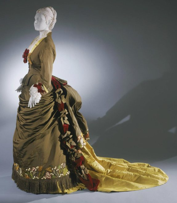 1875 French Silk Day Dress.( Image via Philadelphia Museum of Art)