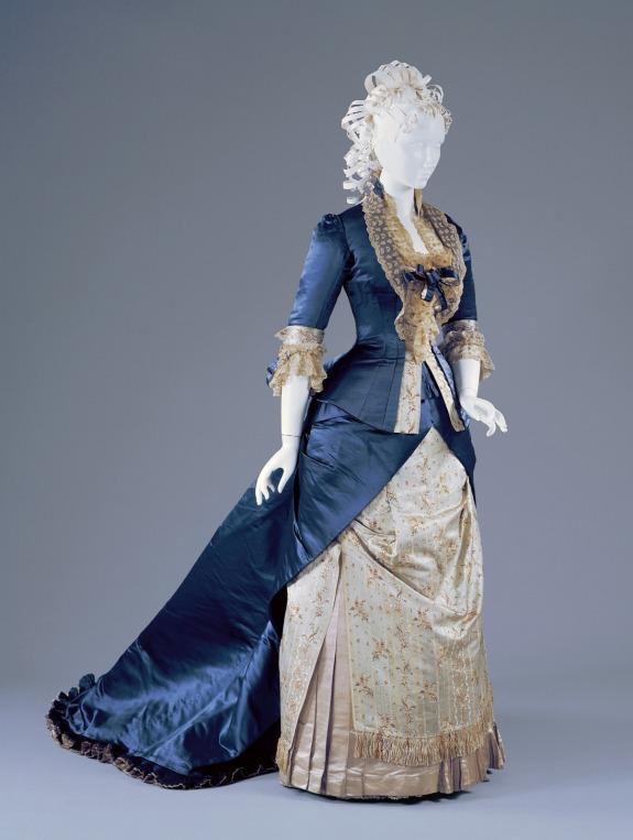 1877-78 Silk and Linen Reception Dress.(Image via Cincinnati Art Museum)