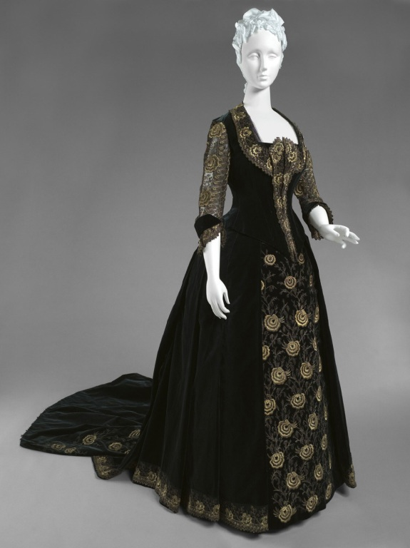 1885 Woman's Dress with Dinner and Evening Bodices.(Philadelphia Museum of Art)