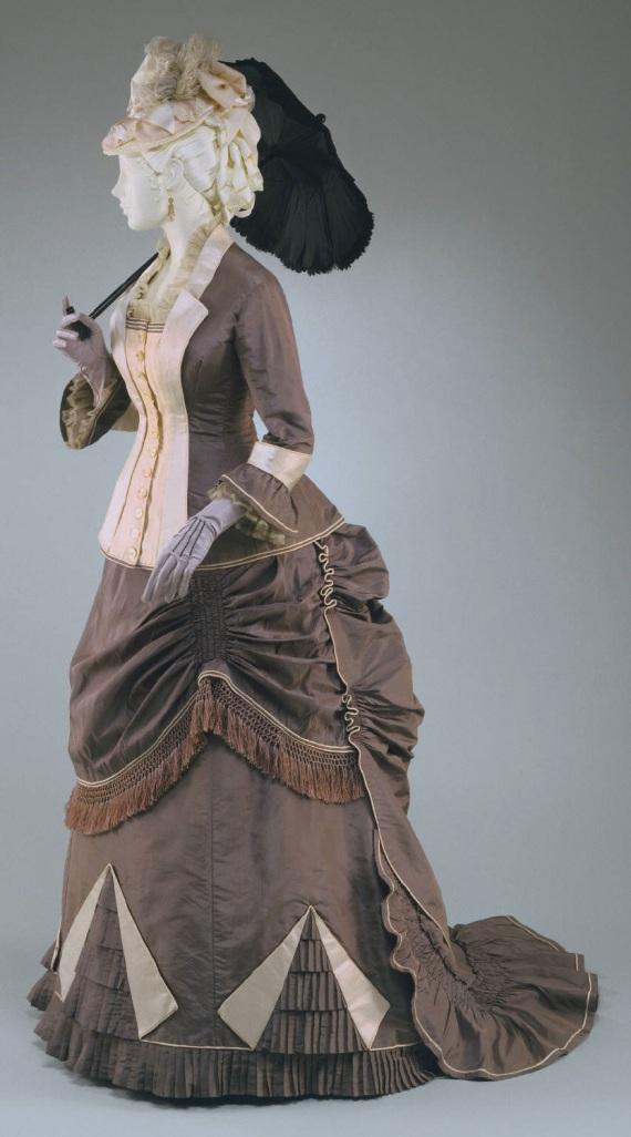1876 Woman's Silk Taffeta Dress.(Philadelphia Museum of Art)