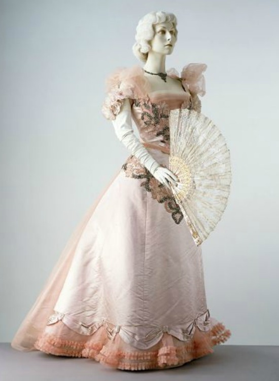 1897 House of Worth Pink Satin Evening Dress.(Victoria and Albert Museum)