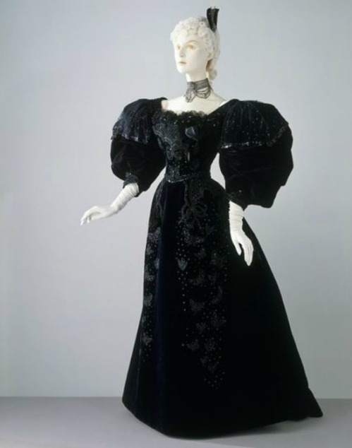 1894 Stern Brothers Evening Dress via Victoria and Albert Museum