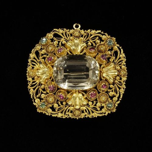 1820-1830 Citrine Brooch set in Gold Filligree.(Victoria and Albert Museum)