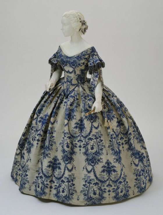 1850-1855 Silk Evening Dress.(Philadelphia Museum of Art)